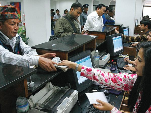 व्यापक खर्च कटौती गर्दै बैंकहरू